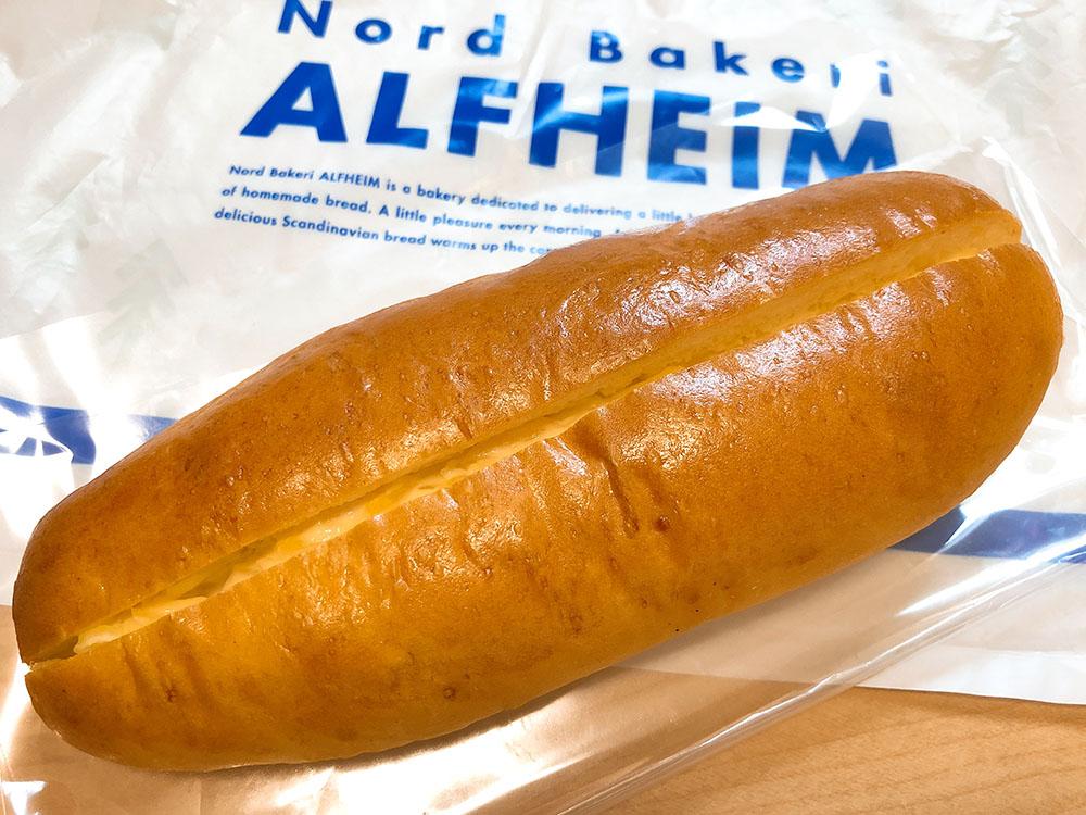 安くて美味しいパン屋さんアルヘイムの特選牛肉カレーパンとサラダパン